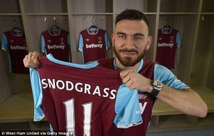 3C9331CD00000578-4165048-Robert_Snodgrass_poses_with_his_West_Ham_shirt_after_completing_-a-7_1485553919987 (1)